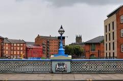 Ponte di Leeds che attraversa il fiume Aire con l'atterraggio di chiamate immagine stock