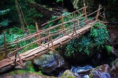 Ponte di legno alla cascata Irina L'Abkhazia orientale Vicino alla città di Tkvarcheli Distretto di Akarmara immagini stock libere da diritti