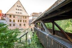 Ponte di legno antico in Nurnberg, Germania immagini stock libere da diritti
