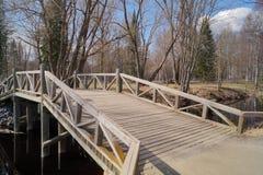 Ponte di legno attraverso il fiume Fotografie Stock Libere da Diritti