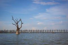 Ponte di legno attraverso il fiume irrawaddy a Mandalay, myanmar fotografia stock libera da diritti