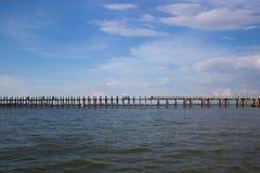 Ponte di legno attraverso il fiume irrawaddy a Mandalay, myanmar immagine stock libera da diritti