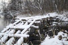 Ponte di legno attraverso il fiume in legno Fotografie Stock Libere da Diritti