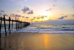 Ponte di legno con la spiaggia di tramonto Fotografie Stock