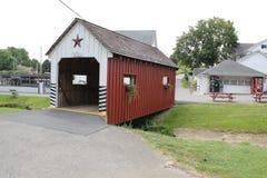 Ponte di legno coperto al villaggio di Amish Fotografie Stock Libere da Diritti