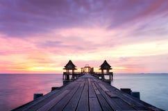 Ponte di legno crepuscolare all'attrazione turistica del tempio di Djittabhawan a Pattaya Fotografia Stock