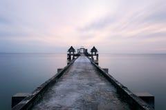 Ponte di legno crepuscolare all'attrazione turistica del tempio di Djittabhawan a Pattaya Fotografie Stock