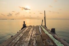 Ponte di legno del molo con la scena tranquilla di vista sul mare durante il sunri Fotografie Stock Libere da Diritti