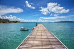 Ponte di legno del pilastro della plancia con vista sul mare fotografia stock