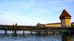 ponte di legno della cappella di tramonto in Lucerna immagini stock libere da diritti