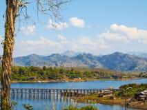 Ponte di legno di lunedì Ponticello di legno Buri di Sangkha, Kanchanaburi thailand Fotografia Stock