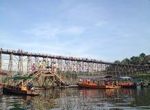 Ponte di legno e barca nel porto della riva del fiume Fotografie Stock