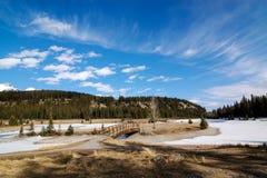 Ponte di legno e lago congelato Minnewanka del parco nazionale di Banff Fotografia Stock Libera da Diritti