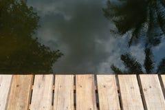 Ponte di legno e riflessione Immagine Stock