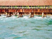 Ponte di legno ed acqua in Thun fotografia stock libera da diritti