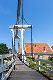 Ponte di legno famoso da una delle vie strette di edam, Paesi Bassi, Europa fotografie stock