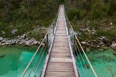 Ponte di legno il fiume di Soca di verde del turchese Fotografia Stock