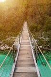 Ponte di legno il fiume di Soca di verde del turchese Fotografie Stock