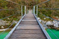 Ponte di legno il fiume di Soca di verde del turchese Fotografie Stock Libere da Diritti
