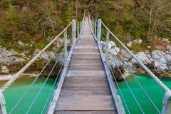 Ponte di legno il fiume di Soca di verde del turchese Immagini Stock