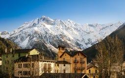 Ponte di Legno (Italia) è un villaggio circondato dalle alpi Immagini Stock Libere da Diritti