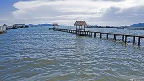 Ponte di legno lungo del pilastro fotografia stock
