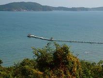 Ponte di legno lungo dentro al mare immagine stock