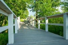 Ponte di legno nel giardino fotografia stock libera da diritti