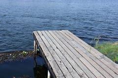 Ponte di legno nel lago Fotografia Stock Libera da Diritti