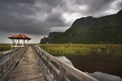 Ponte di legno nel lago del loto al parco nazionale del yod di ROI di Sam di khao Fotografia Stock