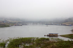 Ponte di legno nella città della nebbia Immagine Stock