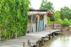 Ponte di legno sopra il canale in frutteto Fotografia Stock