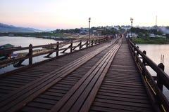 Ponte di legno sopra il fiume che collega il confine e il Myan tailandesi Immagine Stock