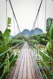 Ponte di legno sopra il fiume di Nam Song Fotografia Stock Libera da Diritti