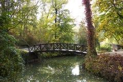 Ponte di legno sopra una corrente Fotografia Stock Libera da Diritti