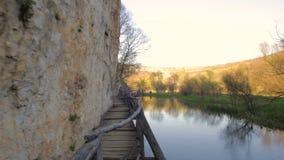 Ponte di legno spaventoso e pericoloso sopra un fiume stock footage