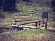 Ponte di legno su una traccia di montagna fotografia stock