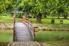 Ponte di legno sul lago Fotografie Stock