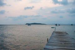 Ponte di legno sul mare Immagini Stock