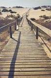 Ponte di legno sull'oceano in Costa Nova, Portogallo Fotografia Stock Libera da Diritti