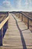 Ponte di legno sull'oceano in Costa Nova, Portogallo Fotografia Stock