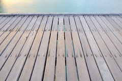 Ponte di legno sulla spiaggia Immagine Stock