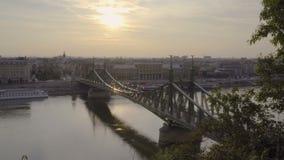 Ponte di libertà ad alba stock footage