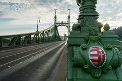 Ponte di libertà con la stemma ungherese a Budapest, Ungheria Immagine Stock