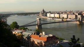 Ponte di libertà o di libertà che collega Buda e parassita attraverso il fiume di Dunabe a Budapest, Ungheria archivi video