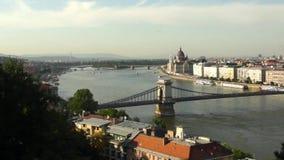 Ponte di libertà o di libertà che collega Buda e parassita attraverso il fiume di Dunabe a Budapest, Ungheria video d archivio