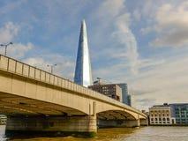 Ponte di Londra ed il coccio fotografie stock libere da diritti