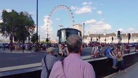 Ponte di Londra Westminster con la folla della gente che passa vicino stock footage