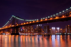 Ponte di Manhattan alla notte Immagini Stock