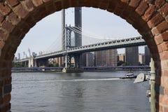 Ponte di Manhattan catturato con gli arché immagine stock libera da diritti